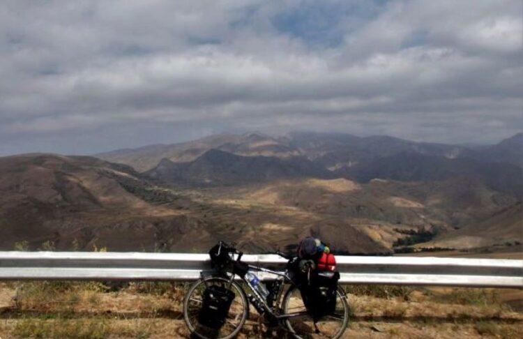 دوچرخه سواری توریست خارجی در ایران